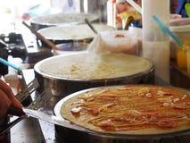 Η διαδικασία την τηγανίτα ή το επιδόρπιο crepe σε ένα καυτό πιάτο Στοκ Φωτογραφίες
