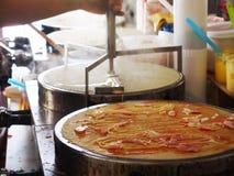 Η διαδικασία την τηγανίτα ή το επιδόρπιο crepe σε ένα καυτό πιάτο Στοκ Φωτογραφία