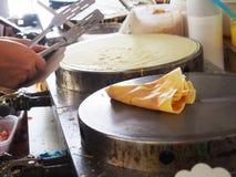 Η διαδικασία την τηγανίτα ή το επιδόρπιο crepe σε ένα καυτό πιάτο Στοκ Εικόνες