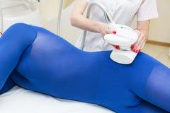 Η διαδικασία του lipomassage σε ένα σαλόνι ομορφιάς στοκ φωτογραφίες