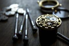 Η διαδικασία των μηχανικών ρολογιών επισκευής Στοκ φωτογραφία με δικαίωμα ελεύθερης χρήσης