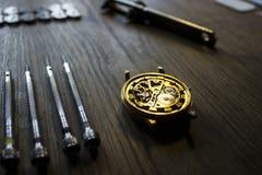 Η διαδικασία των μηχανικών ρολογιών επισκευής Στοκ Εικόνα