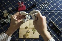 Η διαδικασία των μηχανικών ρολογιών επισκευής Στοκ φωτογραφίες με δικαίωμα ελεύθερης χρήσης