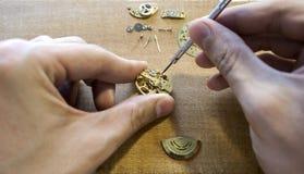 Η διαδικασία των μηχανικών ρολογιών επισκευής Στοκ Φωτογραφία