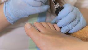 Η διαδικασία των χρωμάτων τα καρφιά στο πόδι απόθεμα βίντεο