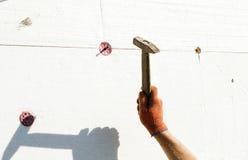 Η διαδικασία tusing ένα σφυρί μετάλλων Στοκ Εικόνες
