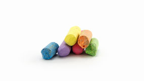 Η λιγότερη κιμωλία σε ποικίλα χρώματα τακτοποίησε σε ένα άσπρο υπόβαθρο Στοκ Εικόνα