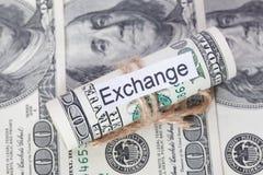 Η ιδέα χρημάτων και επιχειρήσεων, οι λογαριασμοί δολαρίων έδεσε με ένα σχοινί, με ένα σημάδι - ανταλλαγή στοκ εικόνες με δικαίωμα ελεύθερης χρήσης