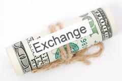 Η ιδέα χρημάτων και επιχειρήσεων, οι λογαριασμοί δολαρίων έδεσε με ένα σχοινί, με ένα σημάδι - ανταλλαγή στοκ φωτογραφία με δικαίωμα ελεύθερης χρήσης