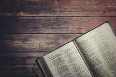 Η ιερή Βίβλος στον ξύλινο πίνακα στοκ εικόνα με δικαίωμα ελεύθερης χρήσης