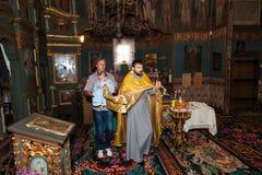 Η ιερή ορθόδοξη ιεροτελεστία του μυστηρίου του νεογέννητου μωρού βαπτίσματος Στοκ Φωτογραφίες