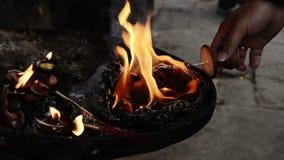 Η ιερή πυρκαγιά σε έναν βουδιστικό ναό απόθεμα βίντεο