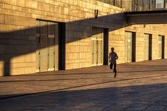 Ηλικίας αθλητικός τύπος που τρέχει στη εθνική οδό, υγιής εμπνευσμένος τρόπος ζωής ικανότητας, κατάρτιση διαστήματος ταχύτητας αθλ στοκ εικόνα