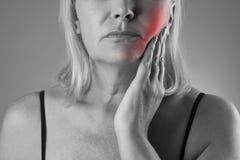 Ηλικίας γυναίκα με τον πονόδοντο, κινηματογράφηση σε πρώτο πλάνο πόνου δοντιών Στοκ Εικόνες