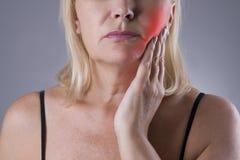 Ηλικίας γυναίκα με τον πονόδοντο, κινηματογράφηση σε πρώτο πλάνο πόνου δοντιών στοκ εικόνα
