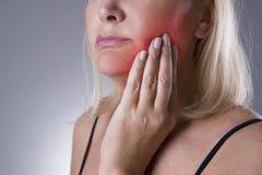 Ηλικίας γυναίκα με τον πονόδοντο, κινηματογράφηση σε πρώτο πλάνο πόνου δοντιών Στοκ Φωτογραφία