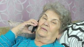 Ηλικίας γυναίκα που μιλά με την κόρη στο κινητό τηλέφωνο φιλμ μικρού μήκους