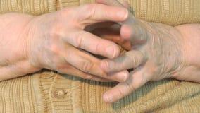 Ηλικίας η ηλικιωμένη γυναίκα δεκαετία του '80 κάνει τα μασάζ τους των χεριών φιλμ μικρού μήκους