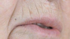 Ηλικίας η ηλικιωμένη γυναίκα δεκαετία του '80 που χαμογελά με τα ψεύτικα δόντια φιλμ μικρού μήκους