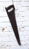 Ηλικίας ξύλινη ένωση πριονιών στο άσπρο υπόβαθρο τουβλότοιχος Μαύρος εξοπλισμός ξυλουργικής handlesaw Μακρο άποψη Στοκ εικόνες με δικαίωμα ελεύθερης χρήσης