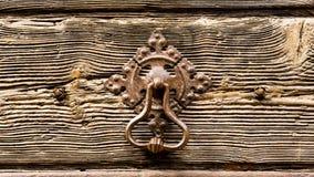 Ηλικίας ξύλινη λαβή πορτών και πορτών σιδήρου Στοκ φωτογραφία με δικαίωμα ελεύθερης χρήσης