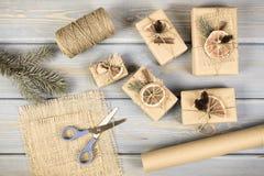 Ηλικίας φωτογραφία, εξαρτήματα, διακόσμηση και τυλιγμένα δώρα για τα Χριστούγεννα ή άλλο εορτασμό Στοκ εικόνα με δικαίωμα ελεύθερης χρήσης