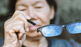 Ηλικιωμένα ασιατικά σπασμένα επισκευή γυαλιά γυναικών Στοκ φωτογραφίες με δικαίωμα ελεύθερης χρήσης