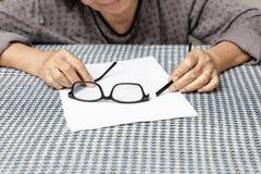 Ηλικιωμένα ασιατικά σπασμένα επισκευή γυαλιά γυναικών Στοκ Εικόνες