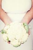 Ηλικιωμένα χέρια που κρατούν το φρέσκο califlower με το εκλεκτής ποιότητας styl Στοκ Εικόνες