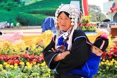 Ηλικιωμένες γυναίκες στο παραδοσιακό φόρεμα στοκ φωτογραφία με δικαίωμα ελεύθερης χρήσης