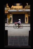 Ηλικιωμένες γυναίκες στο ποδήλατο στο Βιετνάμ Στοκ Εικόνες