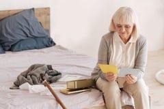 Ηλικιωμένες επιστολές ανάγνωσης γυναικών της Νίκαιας Στοκ Φωτογραφίες