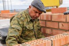 Ηλικιωμένες εργασίες πλινθοκτιστών για την κατασκευή σπιτιών Στοκ Φωτογραφία