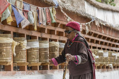 Ηλικιωμένες θιβετιανές γυναίκες που γυρίζουν τις ρόδες προσευχής σε ένα μοναστήρι Στοκ φωτογραφίες με δικαίωμα ελεύθερης χρήσης