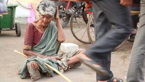 Ηλικιωμένες ινδικές γυναίκες στο ναό φιλμ μικρού μήκους