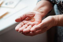 Ηλικιωμένες ουκρανικές γυναίκες 86ος-ετών χεριών που κρατούν το δαχτυλίδι Στοκ Φωτογραφία