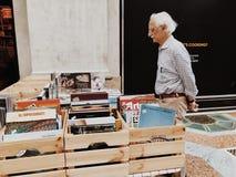 Ηλικιωμένες στάσεις ατόμων στο μετρητή με τα βιβλία στην τέχνη και τη ζωγραφική Στοκ εικόνα με δικαίωμα ελεύθερης χρήσης