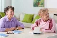 ηλικιωμένες δύο γυναίκε&s Στοκ φωτογραφία με δικαίωμα ελεύθερης χρήσης