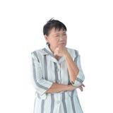 Ηλικιωμένη ασιατική επιχειρησιακή γυναίκα που σκέφτεται απομονωμένη στο άσπρο backgrou Στοκ Φωτογραφίες