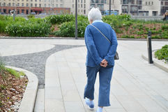 Ηλικιωμένη γκρίζος-μαλλιαρή, ηλικιωμένη γυναίκα που περπατά στο πάρκο Στοκ φωτογραφία με δικαίωμα ελεύθερης χρήσης