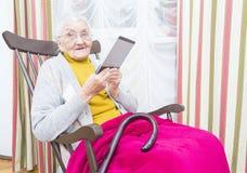 ηλικιωμένη γυναίκα ανάγνωσης βιβλίων Στοκ Εικόνες