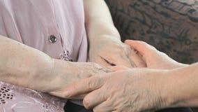 Ηλικιωμένη γυναίκα γυναικών soothes κατά τη διάρκεια της πίεσης φιλμ μικρού μήκους