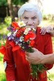 Ηλικιωμένη γυναίκα με μια ανθοδέσμη στοκ εικόνες με δικαίωμα ελεύθερης χρήσης