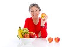 Ηλικιωμένη γυναίκα με τα φρούτα - ηλικιωμένη γυναίκα που απομονώνεται στο άσπρο backgr Στοκ φωτογραφία με δικαίωμα ελεύθερης χρήσης