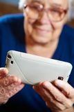 Ηλικιωμένη γυναίκα με τον υπολογιστή ταμπλετών Στοκ φωτογραφίες με δικαίωμα ελεύθερης χρήσης