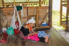 Ηλικιωμένη γυναίκα με το μακροχρόνιο nek Karen Στοκ Φωτογραφίες