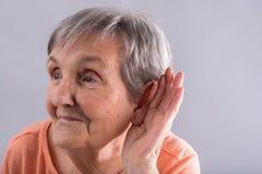 Ηλικιωμένη γυναίκα με το πρόβλημα στοκ εικόνα