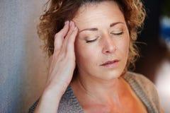Ηλικιωμένη γυναίκα με το χέρι στο κεφάλι στον πόνο Στοκ Εικόνα