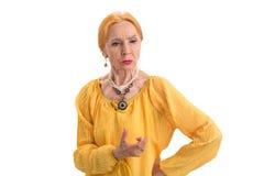 Ηλικιωμένη γυναίκα που απομονώνεται λυπημένη στοκ φωτογραφία