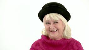 Ηλικιωμένη γυναίκα που γελά στην αργός-Mo απόθεμα βίντεο